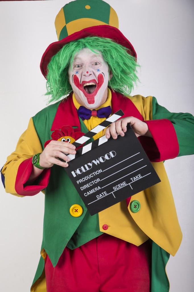 Clown Pippy quetscht sich die Finger in der Filmklappe