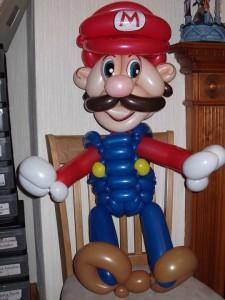 Super Mario als Ballonfigur und Assisten bei der Clown Pippy Show.
